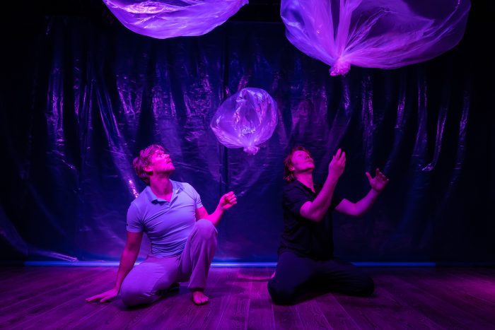 2 acteurs in de onderwaterwereld van de Ahoi kindervoorstelling