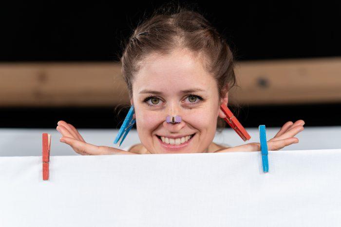 Knijpers op gezicht van actrice tijdens kindervoorstelling Vier Seizoenen