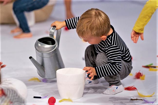 Kind met gieter tijdens kindervoorstelling de Regenboog