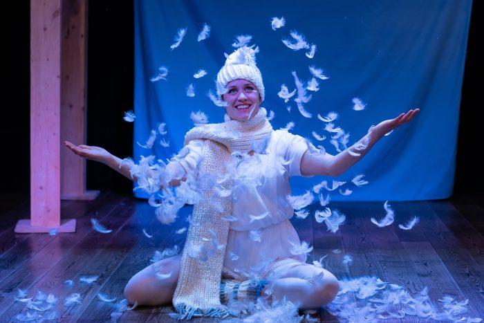 Veren in de lucht om actrice heen tijdens kindervoorstelling Vier Seizoenen