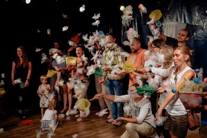 Podium vol mensen met netjes zijn onderdeel van de kindervoorstelling Ahoi