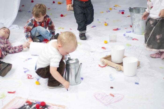 Kinderen bij kindervoorstelling de regenboog