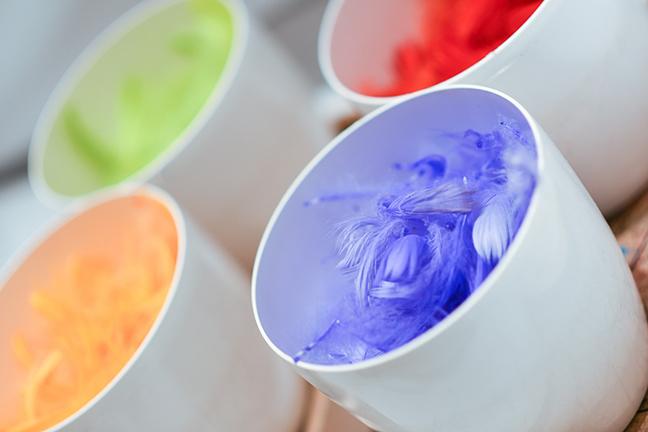 Verschillende kleuren veertjes bij kindervoorstelling de regenboog