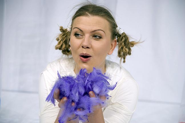 Actrice met paarse veren