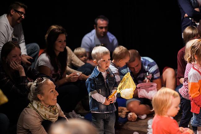 Kinderen doen mee aan de kindervoorstelling Ahoi