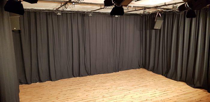 Vooraanzicht zaal kindertheater Black Cat Theatre met neutrale verlichting
