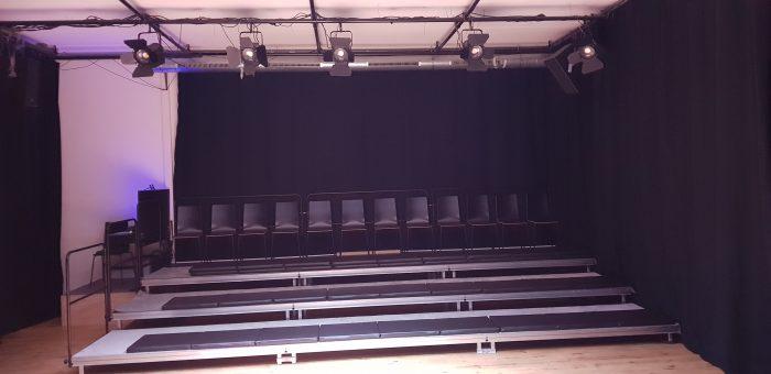 Vooraanzicht van de tribune van kindertheater Black Cat Theatre