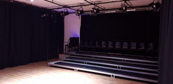 Zijaanzicht van de tribune van kindertheater Black Cat Theatre
