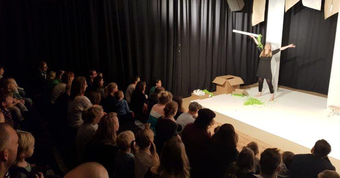 Publiek kijkend naar Kindervoorstelling Vlindertuin