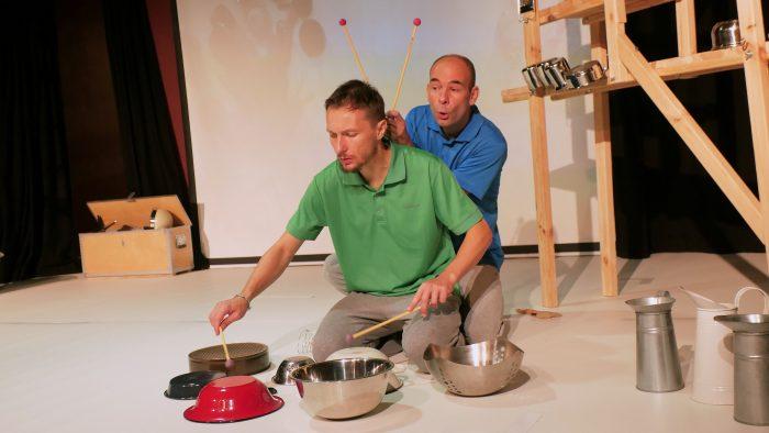 """Keukengerei als instrument bespeeld tijdens kindervoorstelling """"Parallelle Werelden"""""""