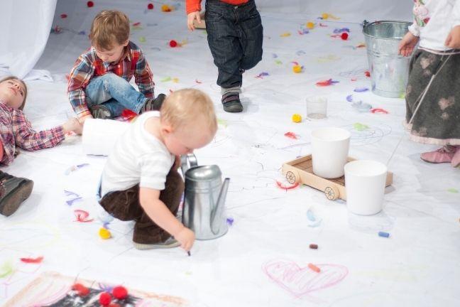 Kind krijt op papier van de Regenboog voorstelling